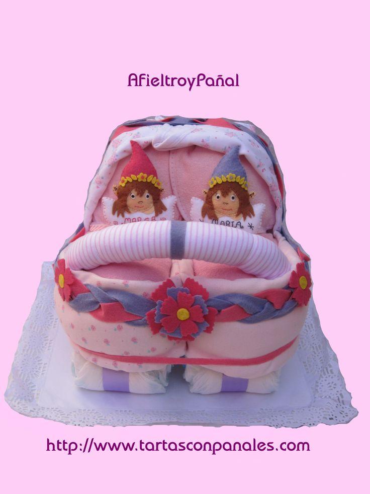 Cochecito gemelar de pañales. Si quieres más información sobre esta tarta puedes encontrarla en nuestra Tienda Online o pinchando en el sitio web del icono que está encima de la imagen. #Coche #carrito #gemelar #gemelos #mellizos #Regalos #Bebes #Tartas #Regalosparabebes #Regalosparaembarazadas #Regalosparabautizos #ecologicos