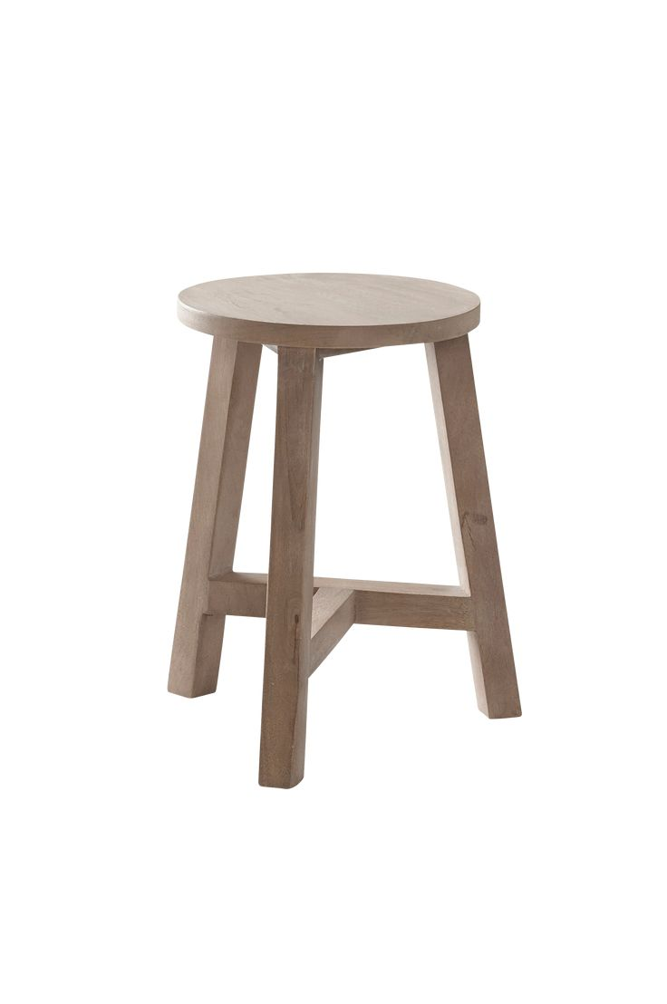 Rustik träpall med klassiskt formspråk. Passar in både i det moderna och lantliga hemmet. Material: Trä. Storlek: Höjd 45 cm, ø 35 cm. Beskrivning: Rund pall av massivt trä. Kan även användas som ett litet bord. Skötselråd: Torkas med fuktig trasa. Tips/råd: Har du en växt som du vill ska komma lite högre upp? Pallen fungerar utmärkt som piedestal.