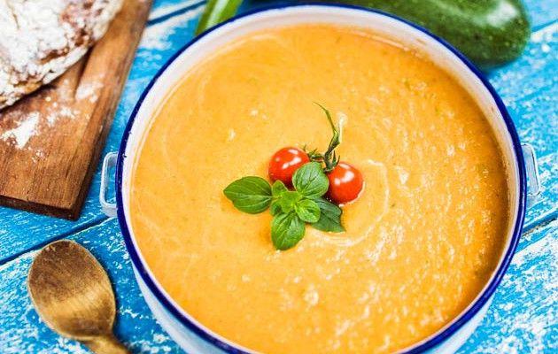 Kesäkurpitsa-kukkakaalikeittoon tulee latinotwisti tomaatista, chilistä ja yrteistä.