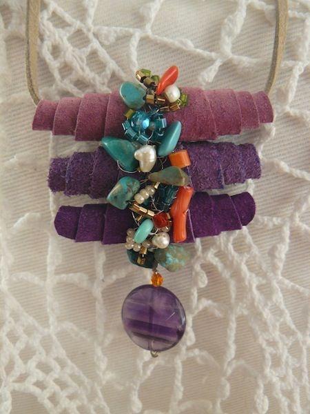 Colar casulo - feito em camurça roxa com cristais, pedras e pérolas