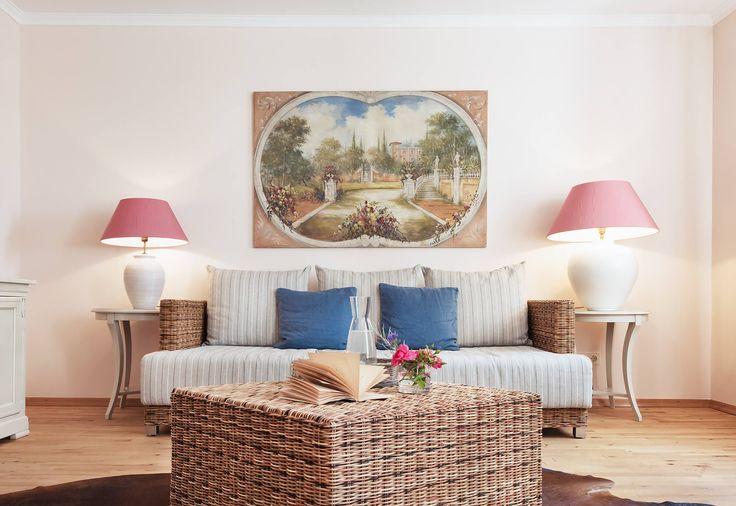 Hotelzimmer Interior Design - Mediterraner Flair im denkmalgeschützten Anwesen. Das Schlossgut Oberambach vereint eine ökologische Philosophie mit einem individuellen Charm, der sich auch im Design der Hotelzimmer wiederfindet. Warme Farben und Pastelltöne treffen auf natürliche Rohstoffe in unseren Naturgesundzimmern. Ein schöner Ort zum Entspannen und die Lage am Starnberger See nahe München zu genießen.