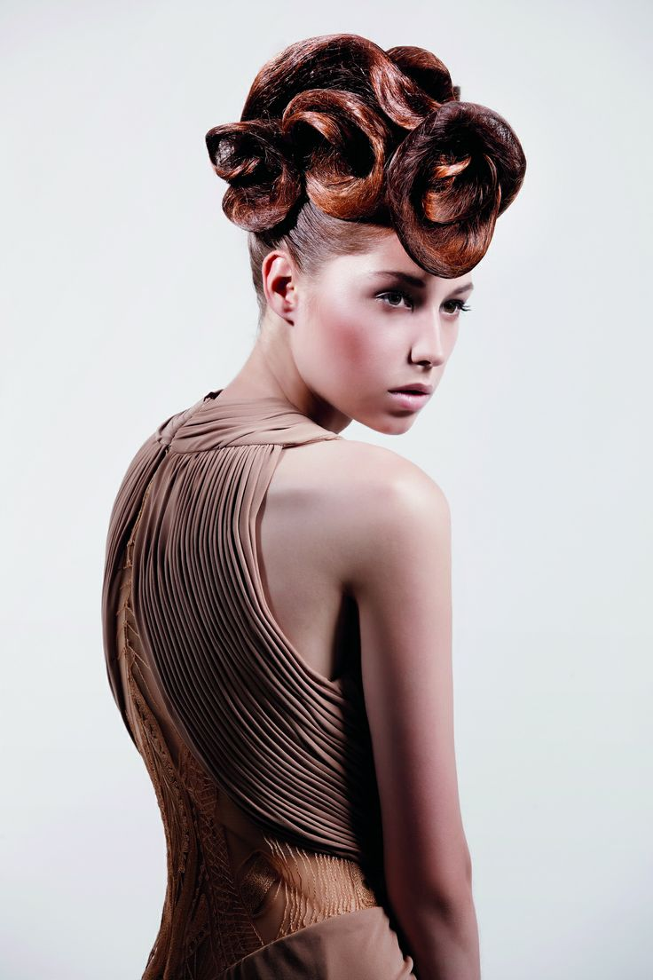 Red Carpet Style by Guiliana Pošíková #redcarpet #hairstyle #lorealprofesionnel #lorealpro #petramechurova