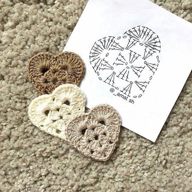 Corações com gráfico para vocês Créditos: @_amal.sh #graficos #crochet #coracao #heart #patron