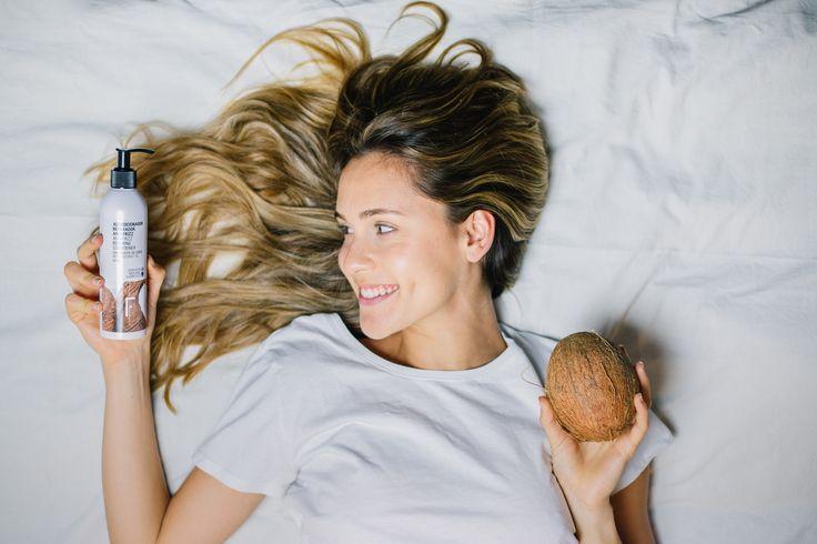 Desenreda, acondiciona y combate el frizz de tu cabello gracias a la acción combinada del aceite de coco orgánico y la rosa polar. Los activos naturales de vinagre de manzana, granada y verbena aportan potentes agentes antioxidantes y detoxifiantes que protegen el cabello hasta las puntas, dejando la cutícula dañada, como nueva.