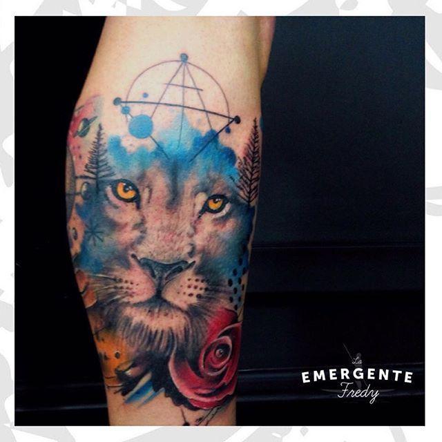 Un día lluvioso desde nuestra amada Bogotá pero seguimos con la mejor energía  tatuaje por @fredygalindotattoo #lanuevaemergente #laemergentecol #liontattoo #lion #leon #geometrictattoo #tattoo #tatuaje #Bogota #watercolor #watercolortattoo