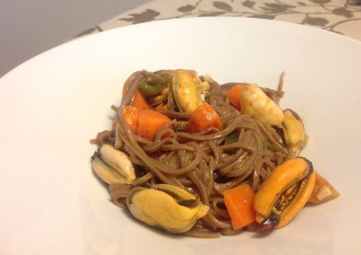 Ingredientes: Un paquete de fideos japoneses un kilo de mejillones gambas champiñones Una zanahoria un pimiento verde salsa de tomate un chorrito de vino blanco, una hoja de laurel Cayena, un ajo,…