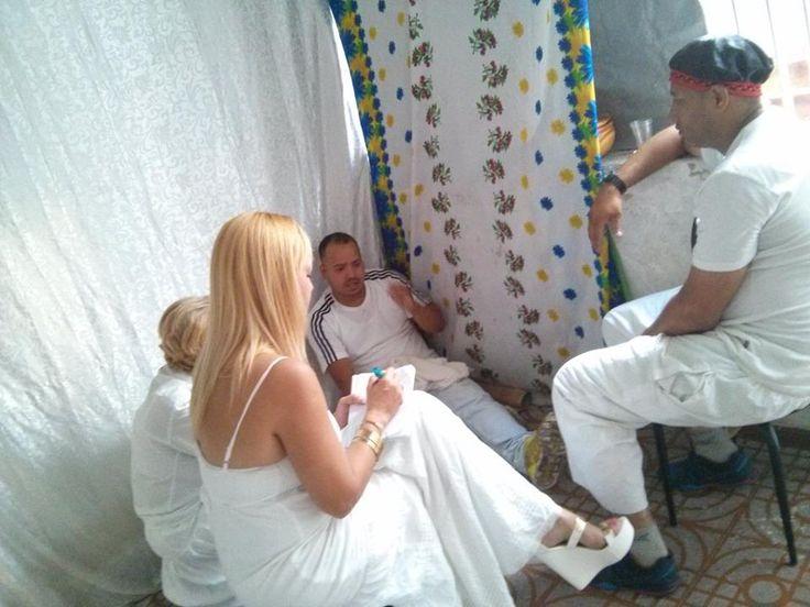 #Babalawos hablando #Ifa y la #madrina anotando los consejos en la libreta de #ita #Plante de #Mano de #Orula