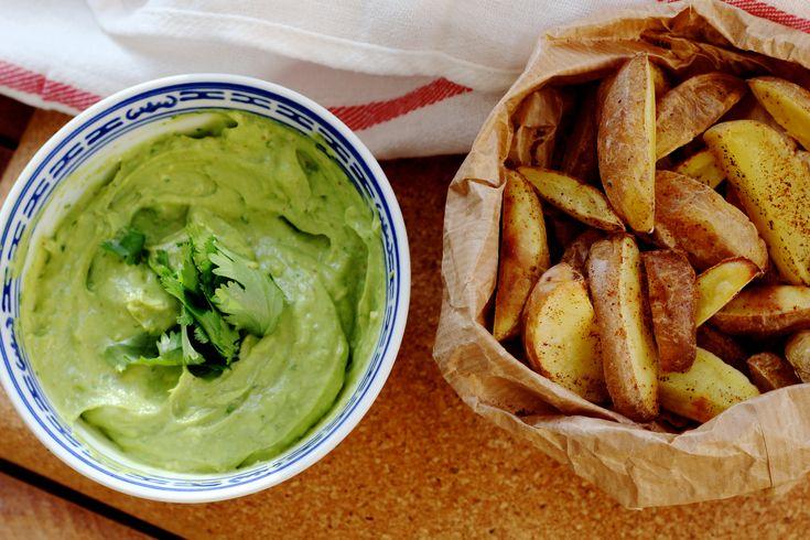 Gezonde frietjes van zoete aardappel met avocadodip