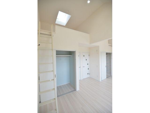 Onocom Design Center  天井を高くし、天窓を付けることで広く明るくなりました。