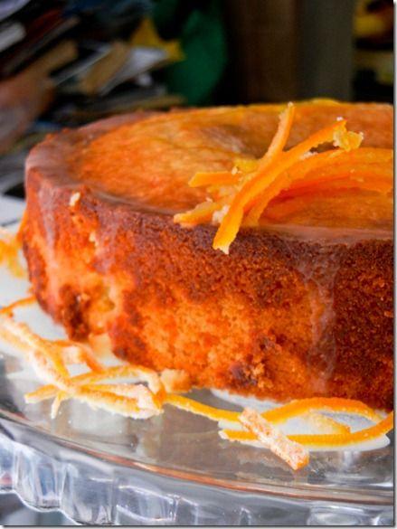 Bolo de laranja com calda de laranja e casquinhas de laranja cristalizadas