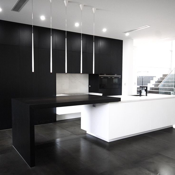 #MeirBlack in a project by @kitchensbyemanuelsydney. Each detail has been carefully considered to create a space which feels effortlessly elegant. Happy Friday! . #Meir #MeirAustralia #KitchensByEmanuelSydney #MK04