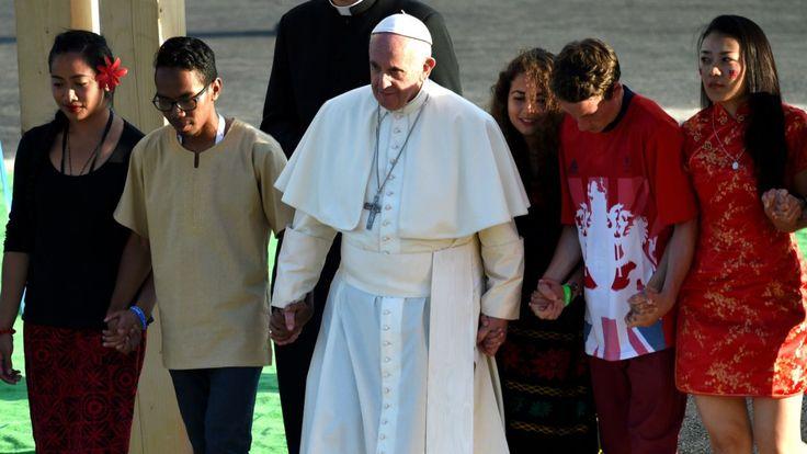 Papież przeszedł przez Bramę Miłosierdzia z piątką młodych ludzi z każdego kontynentu (fot. PAP)
