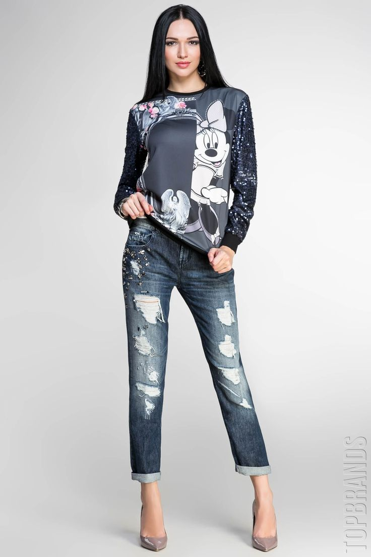 Темно-синие джинсы, черный с рисунком свитшот, темно-бежевые туфли на каблуках.