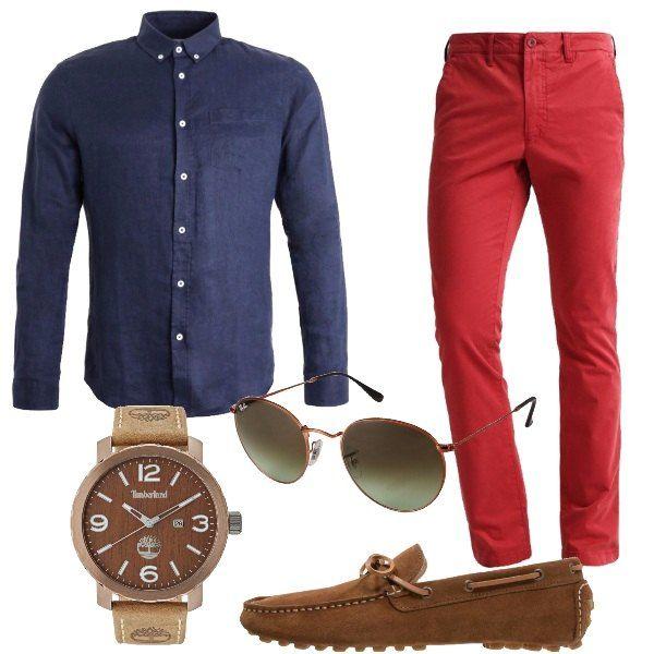 Outfit composto da pantaloni rossi, camicia blu in lino, mocassini in pelle, orologio in acciaio inossidabile con cinturino in pelle e occhiali da sole forma a goccia.