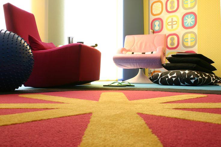 Bij dit tapijtontwerp is een vorm uit het behang vergroot toegepast in het tapijt. Een verrassend resultaat!