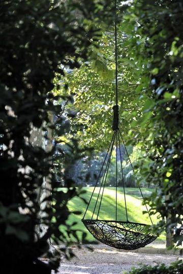 La balancelle donne un effet romantique à ce jardin. Plus de photos sur Côté Maison http://petitlien.fr/7etc