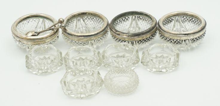 Tien kristallen zoutvaatjes waarvan 4 met zilveren montuur, daarbij 2 zilveren zoutlepeltjes