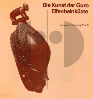 67 Die Kunst der Guro Elfenbeinküste (first printing) H 22 cm. B 21 cm.   - Eberhard Fischer - Lorenz Homberger  Zürich: Museum Rietberg (1985). ISBN: 3-907070-06-2  One of only 300 copies with a ligh pink cover printed for the exhibition (same content as the brown cover edition).  German text 312 pages 194 b/w field-photos 289 b/w plates (artworks) Softcover
