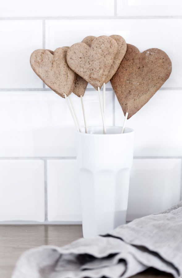 Gingerbread on a stick. Lovely! ❥
