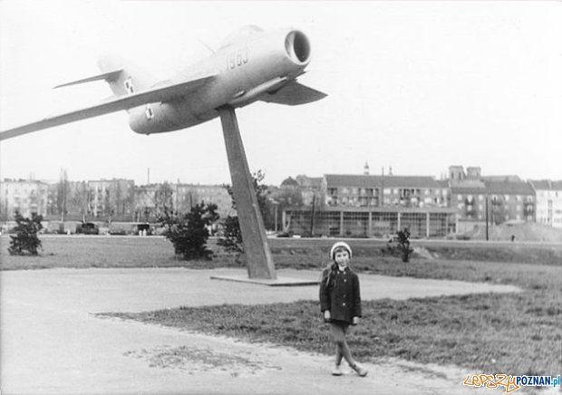 Samolot przy ówczesnym Moście Marchlewskiego (obecnie Królowej Jadwigi) - 1971 rok
