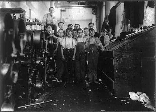 Ομάδα καθαριότητας σε κλωστήριο στη Μασαχουσέτη (1912) Κανένα από τα παιδιά μιλάει αγγλικά