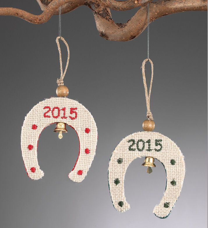 www.mpomponieres.gr Χριστουγεννιάτικο κρεμαστό πέταλο για στολίδι δέντρου με χάντρα και καμπανάκι, φτιαγμένο από τσόχα και λινάτσα και κεντημένο το 2015. Οι διαστάσεις για το διακοσμητικό πεταλάκι είναι 15Χ7,5cm. Όλα τα χριστουγεννιάτικα προϊόντα μας είναι χειροποίητα ελληνικής κατασκευής. http://www.mpomponieres.gr/xristougienatika/xristougeniatiko-kremasto-petalo-gia-stolidi.html #burlap #christmas #ornament #felt #stolidia #xristougenniatika