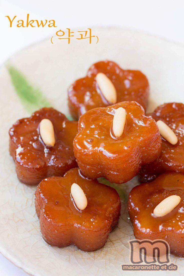 Gâteaux traditionnels coréens aux épices, longuement frits dans l'huile avant d'être trempés dans un sirop de miel au gingembre.