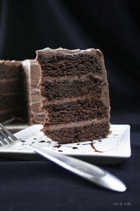 gâteau au chocolat avec glaçage au fromage à la crème au chocolat. les végétaliens ont besoin de choc aussi.   – Vegan Treats