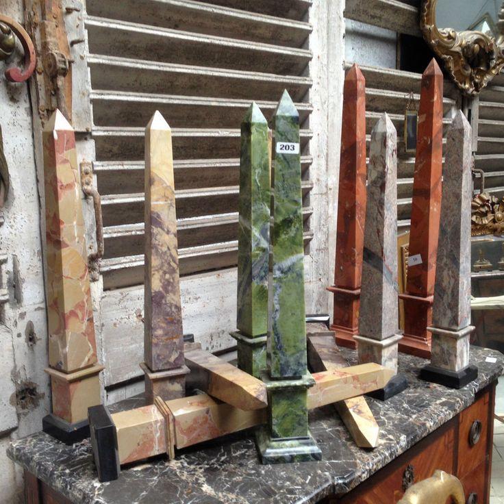 lots de paires d'obélisques en marbre massif . XX siècle .