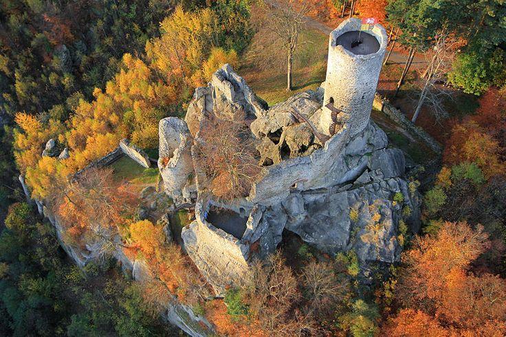 Krásná letecká fotka zříceniny skvěle představuje prostorové souvislosti. File:Frýdštejn letecky.jpg