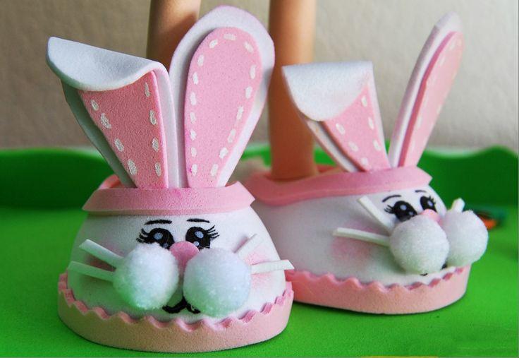 Zapatos de conejo para una fofucha de Pascua. Goma eva.