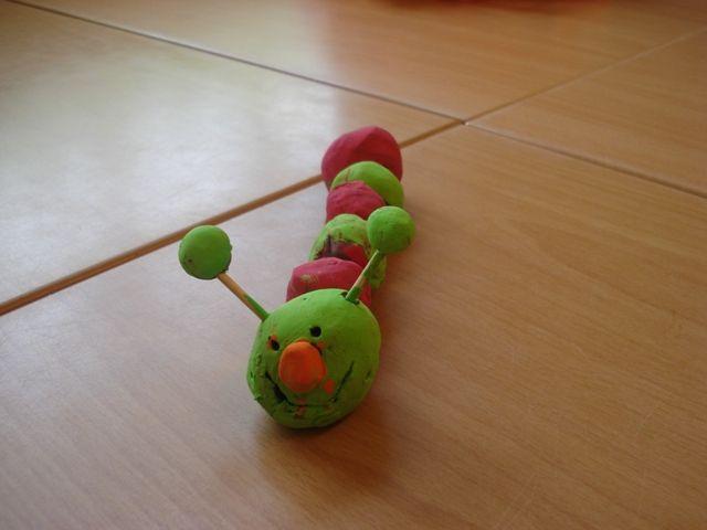 * Rups van klei! Laat de kinderen een aantal balletjes maken van klei en hen deze aan een satéstokje rijgen. Stop in het kopje 2 kleine houtjes en laat hen met met een satéprikker oogjes en een mondje tekenen. Wanneer de balletjes opgedroogd zijn kunnen de kinderen deze een vrolijk kleurtje geven.