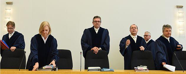 """Schlechte Nachrichten im Kampf gegen CETA ! Gestern hat das Europäische Parlament in Straßburg grünes Licht für das europäisch-kanadische Abkommen CETA gegeben. Mit 408 zu 254 bei 33 Enthaltungen stimmte die Mehrheit der Abgeordneten dafür. Damit kann das Abkommen nun vorläufig in Kraft gesetzt werden. Am selben Tag entschied das bayerische Verfassungsgericht über unser Volksbegehren """"Nein zu CETA!"""". Die bayerischen Bürgerinnen und Bürger dürfen demnach nicht über CETA abstimmen."""