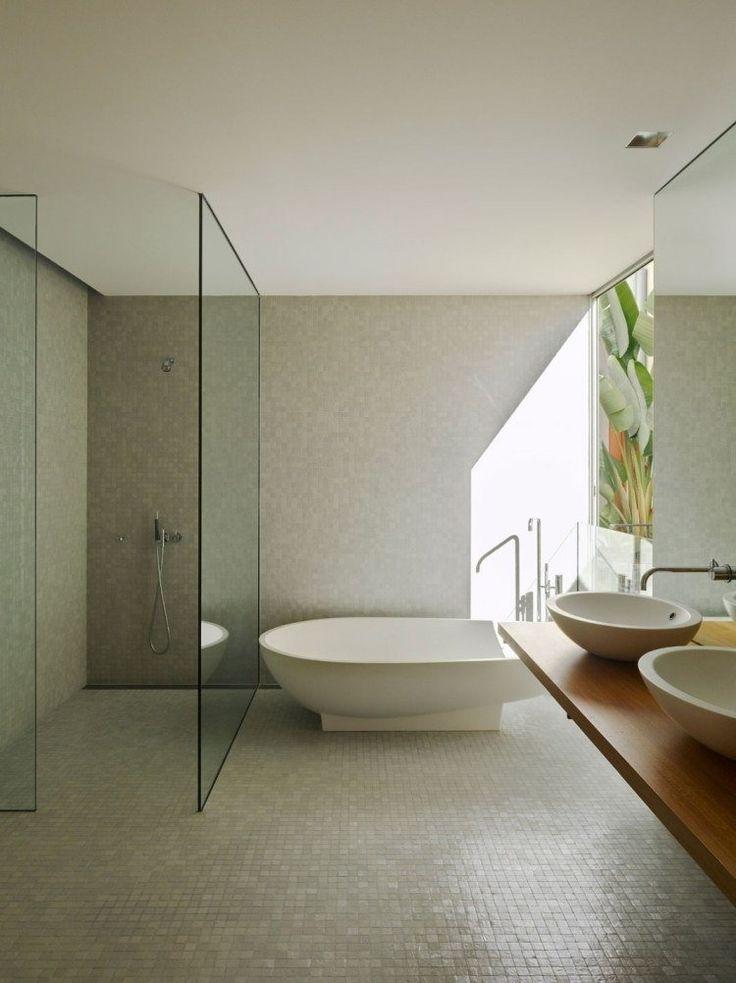 mosaïque salle de bains beige, douche italienne et baignoire moderne