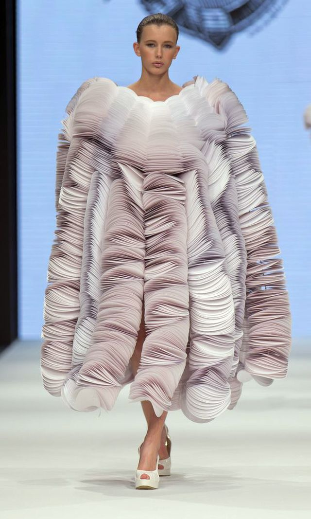 What a cool dress for Spring. Paper wearables from the Spring/Summer 2014 collection by Bea Szenfeld