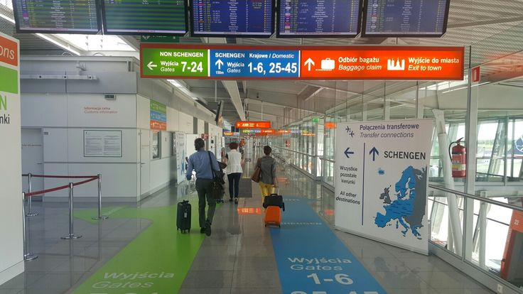 Useful signage for transfer passengers at Warsaw Chopin Airport. Pic. Przemysław Przybylski