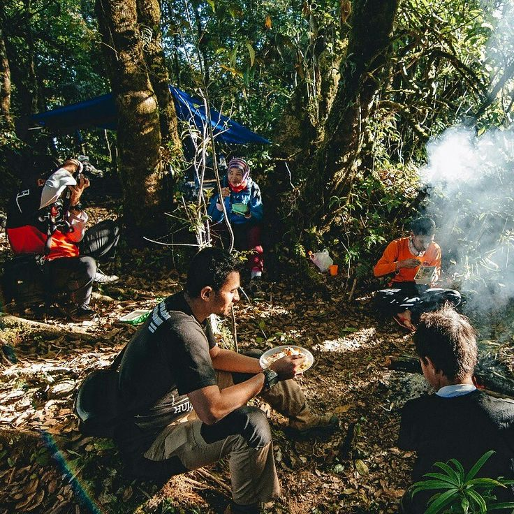 Yuk ah kita makan di gunung lagi... Foto : @noerhoeda  #tropicalwilderness #jungleexplorer #survivalskills #navigation #imosa.id #gooutside #getoutside #gunungindonesia #id_pendaki #familyadventure