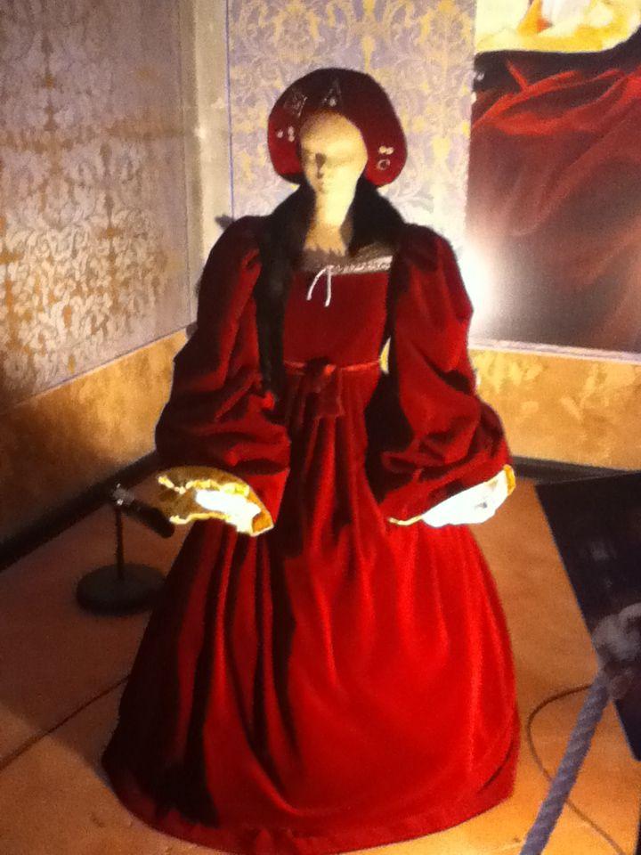 Ricostruzione di un abito rosso rinascimentale