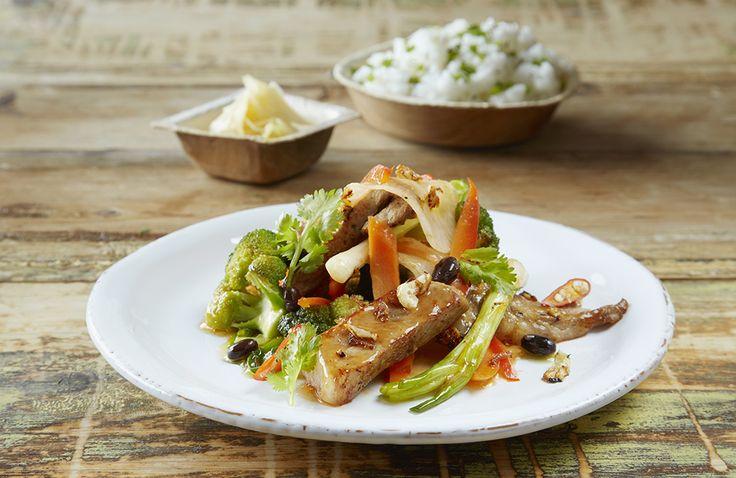 Rask og enkel wok med svinekjøtt, masse sunne og sprø grønnsaker og deilig smak av Sweet Chili & Garlic sauce