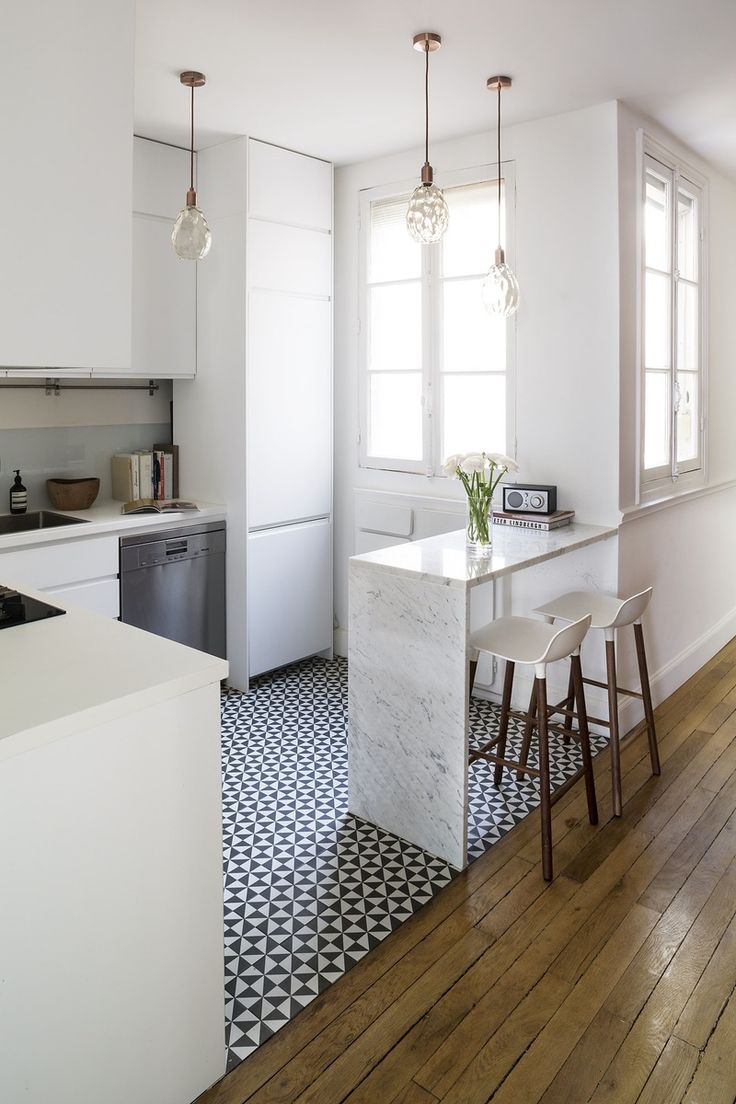 Плитка на кухне: 45 изящных и функциональных идей отделки пола http://happymodern.ru/plitka-na-pol-na-kuxne-45-foto-funkcionalno-izyashhno-bezopasno/ Мелкая черно-белая плитка на светлой кухне отлично зонирует рабочее пространство