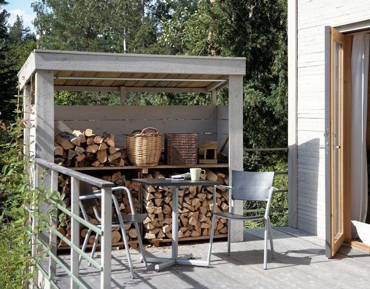 Den lille boden utenfor gjør vedlageret lett tilgjengelig. Den stanser også innsyn fra nabohytter, og skjermer mot vind. Terrassen her er også stor nok til å romme både solsenger og spisemøbler.