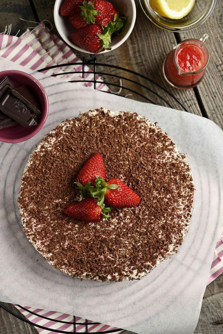 strawberry stracciatella cake
