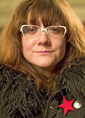 Isabel Coixet dirigió el documental La mujer, es cosa de hombres, en torno al tradicional papel de la mujer en la sociedad española y la repercusión que tienen en los medios los delitos por violencia de género. Se puede ver en rtve a la carta: http://www.rtve.es/alacarta/videos/50-anos-de/50-anos-mujer-cosa-hombres/1491834/