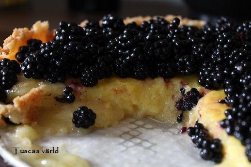 Passar perfekt i en fruktpaj, som fyllning i en tårta, eller varför inte till lite fruktsallad? Jag toppade en paj med barnens björnbärsskörd, och det blev verkligen toppen! Recept på pajskal som ä...