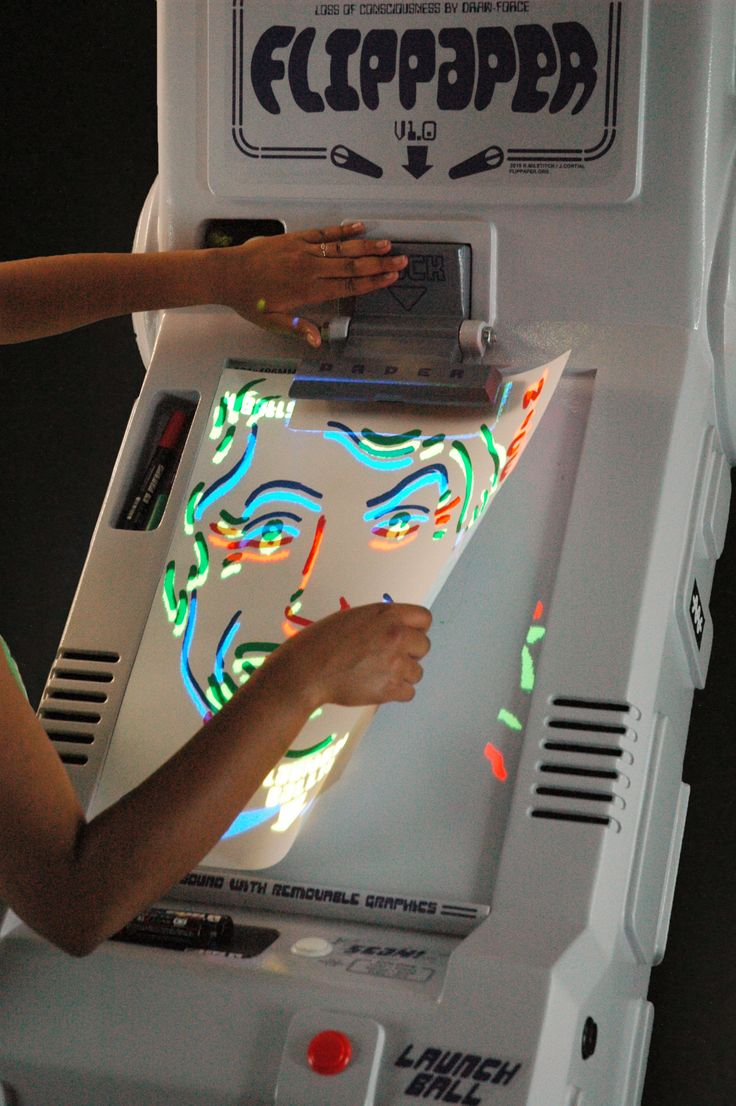 Flippaper est un flipper dessiné par ses propres joueurs sur une feuille de papier. Ce projet a été conçu par Jérémie Cortial (qui fait aussi de la sérigraphie sur des  crêpes) & Roman Miletitch.