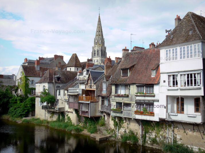 Argenton-sur-Creuse: Bell tower of the Saint-Sauveur church, houses and river Creuse - France-Voyage.com