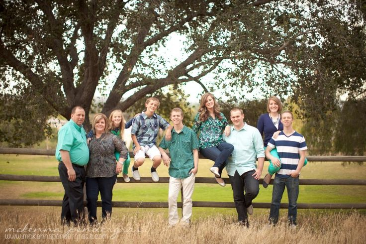 Posing ideas for a large extended family photo good color scheme