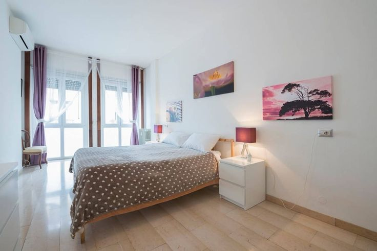 Гестхаус в Милан, Италия. Double room in bed & breakfast, choice between queen size bed or 2 twin beds. (possibility to add a third bed), free WIFI, desk, tv, closet. 2 shared bathrooms and a well equipped kitchen, fridge, coffee maker, tea pot etc Starting from 1 septembe...