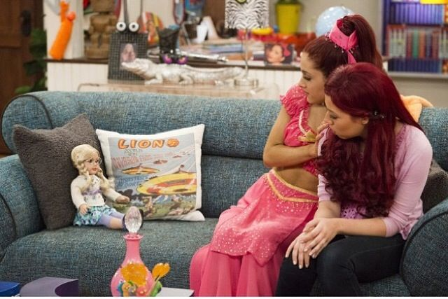 Ariana Grande ; Sam and cat Halloween special !