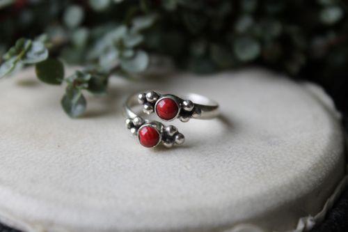 Silver ring med röd korall